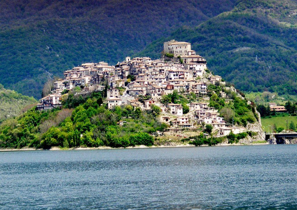 Castel di Tora, tappa del Cammino di San Benedetto