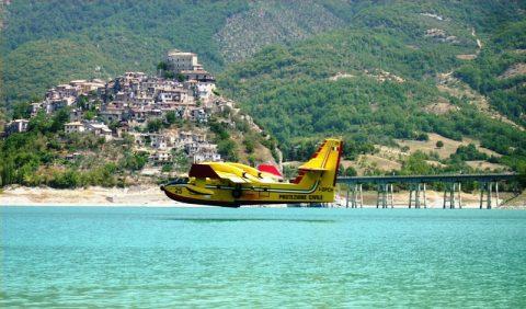 Canadair sul Lago Turano