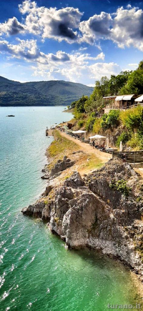 Ombrellone e sdraio in terrazza vista lago, panorama mozzafiato