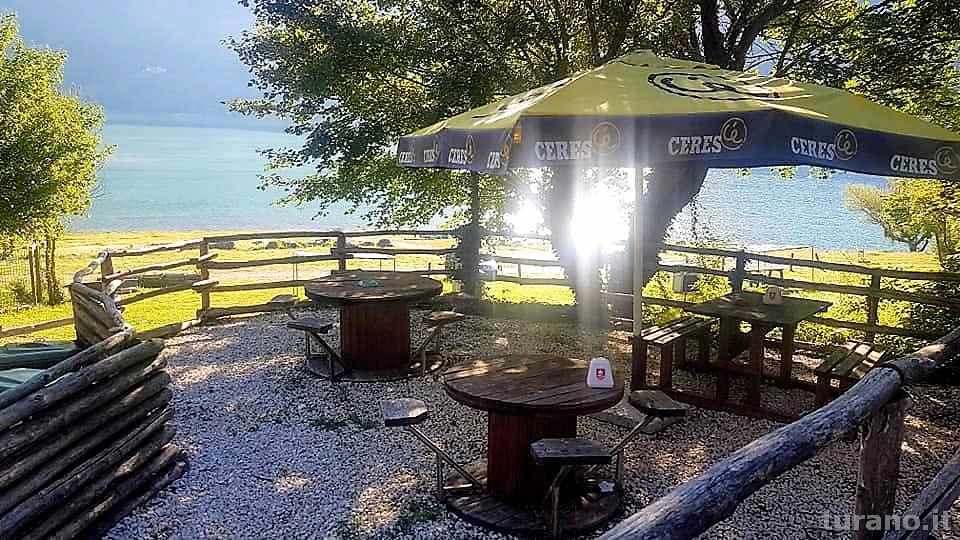 Ombrelli e sedie in spiaggia ad Ascrea dal Centro Pesca Turano