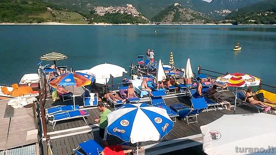 Al Lago Turano trovi sicuramente un posto dove rilassarti, ombrellone, sdraio, panorama mozzafiato e magnifica cornice naturale.