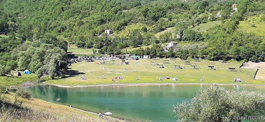 Relax sul prato, tavoli e vista lago alla Riviera degli Asinelli a Castel di Tora
