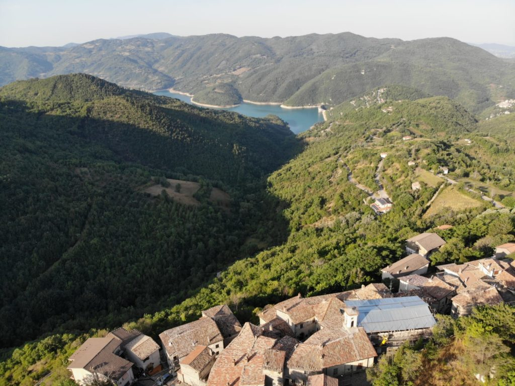 Sitpes si trova a circa 800 metri di altitudine con vista mozzafiato sul Lago del Turano e diga.